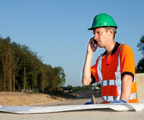 inżynier rozmawiający przez telefon