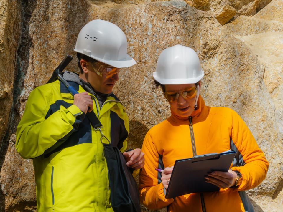 geolodzy analizujący dane